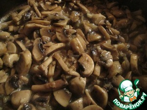 Mushrooms cut into slices, shred the garlic. Fry on medium heat for 2 minutes. Then add caramelized onions, thyme, salt and pepper to taste. Cook for 10 more minutes.