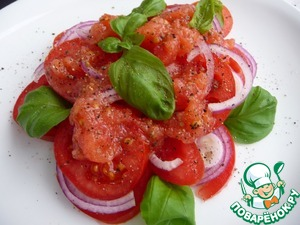 Sauce pour tomatoes with onions. Garnish with Basil leaves and pepper.