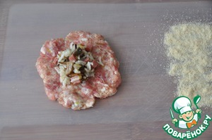 On a cutting Board, put the stuffing on it full tablespoon of the filling. Zrazy formed, dip them in the breadcrumbs.