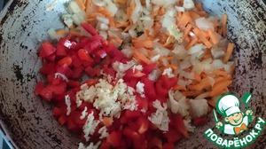 Добавляем к овощам мелко нарезанный перец, нарезанные томаты и чеснок, солим, перчим и обжариваем примерно 5 минут.