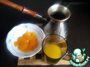 Make coffee, cool. With orange to remove the zest (pieces), squeeze the juice.