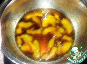 In a pan pour 100 ml of water, add 100 g of sugar (1:1), pieces of orange peel and boil for 5-7 minutes. Then peel to remove it, the syrup is cooling.