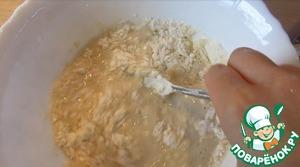 Муку понемногу добавляем и замешиваем тесто.