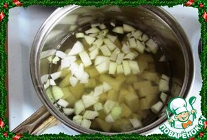 Take a saucepan with thick bottom. Put on the heat, put the butter and fry just until transparent onions, then spread the potatoes, stir, add nutmeg and salt, pour in hot water.
