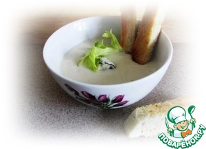 Pour the soup in small bowls, add pieces of cheese, pepper and put a few leaves of greens.  The soup is well served croutons of white bread into long sticks.  Nice!