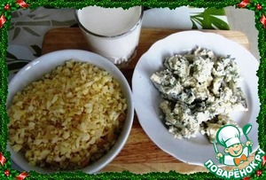 Grate or crumble cheese, a few pieces of cheese left for decoration. Cast a Cup of cream.