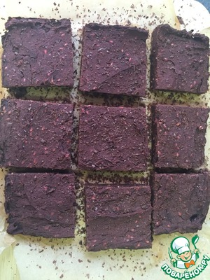 The finished brownies should be slightly moist inside. Allow to cool, cut into portions and sprinkle with grated chocolate.