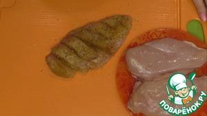 В первую очередь займемся приготовлением курочки «Капрезе». Для этого, в филе куриной грудки нужно аккуратно сделать разрезы, хорошо все посолить, поперчить и посыпать любимыми приправами.