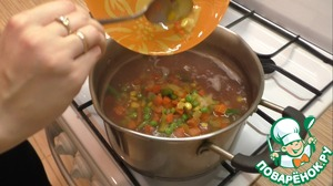 За 10 минут до окончания приготовления риса, добавьте к нему размороженные овощи.
