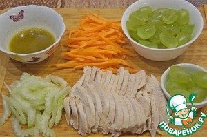 To prepare dressing: whisk vinegar with olive oil, season with salt and pepper.  Chicken is cut into thin slices, Carrot - thin sticks, the celery into thin pieces. A few of the grapes to leave for decoration, the rest cut in half and remove seeds, if any.