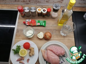 In advance, prepare all the ingredients. Start cooking chicken. Cut the chicken cubes, add the lemon juice, salt, mix thoroughly. Then cover with clingfilm and put in 20 minutes in the fridge to marinate.