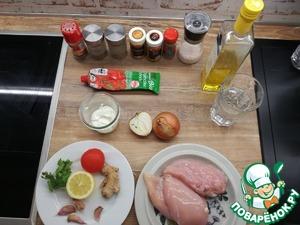 Подготовьте заранее все ингредиенты. Начните приготовление с курицы. Нарежьте курицу кубиками, добавьте лимонный сок, посолите, тщательно перемешайте. Затем накройте пищевой пленкой и поставьте на 20 мин. в холодильник мариноваться.