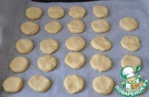 Кладём кружки печенья на противень, застеленный пекарской бумагой. Ставим в нагретую до 180 градусов духовку, выпекаем до золотистости 17-20 минут.