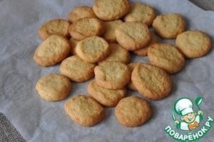 Готовое печенье снимаем с бумаги и тёплым посыпаем через ситечко сахарной пудрой.