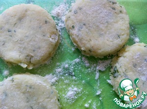Spread the potato mixture on the floured surface and knead to a thickness of about 0.8 cm  A small glass to cut out circles, breaded in flour.