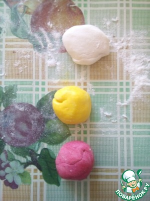 Divide marshmallows into 2,3 or 4 parts. It all depends on your imagination and desires. I decided that my candy will be tricolour, so divided into 3 parts. And in each part add food coloring of any colors. I decided one part left white, and the other two painted in yellow and red.