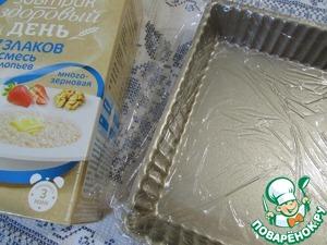 Форму для выпечки (21х21х4) смочить холодной водой и застелить пищевой пленкой, чтобы свисали края.