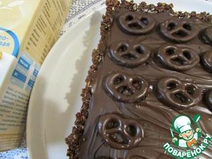 Оставшийся шоколад вновь подогреть и равномерно распределить по крему. Ножом снять с пергамента бретцели и выложить их на шоколад. Поставить пирог в холодильник, примерно на 1 час (я оставила на ночь). За 30 минут до подачи пирог держать при комнатной температуре и только потом нарезать.
