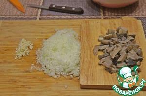 Mushrooms boil, chop. The onion and crush the garlic.