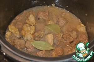 Mix the meat and browned vegetables, pour the broth, put the Bay leaf and simmer until tender.