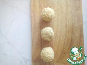 Дальше начинаем лепить наши шарики, оптимальный размер - с грецкий орех или чупа- чупс.