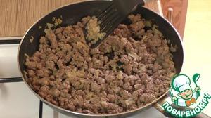 Добавьте в сковороду подсоленный фарш и обжарьте его в течении 15 минут.