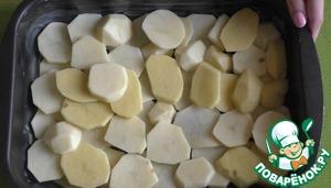 Теперь выкладываем запеканку: сначала выкладываем картофельный слой.