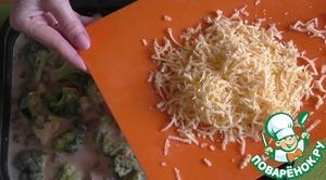 Заливаем оставшейся половиной соуса и сверху посыпаем тертым сыром.