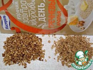 """Buckwheat flakes of TM """"Mistral"""" fry on a dry pan on low heat until the smell and Golden color. To the right of the cereal in its original form, the left roasted."""