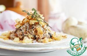 Смешать гречку с грибами. Выложить на тарелку. Сверху обильно посыпать золотистым луком.