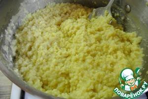 5.После того как сварится каша, добавьте в нее сливочное масло и хорошо всё размешайте.