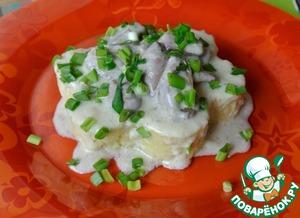 6.В тарелку выложите порцию каши, далее куриные сердечки и сверху всё полейте сливочным соусом. По желанию, готовое блюдо можно украсить свежей зеленью.