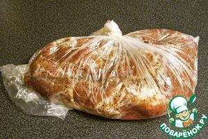 Натираем мясо солью и укладываем в пластиковый пакет, выгоняя воздух. Завязываем пакет. Укладываем мясо в холодильник. Желательно, чтобы температура не превышала 2 град Ц. Засол мяса должен продолжаться две недели. Желательно периодически, один раз в день, слегка разминать мясо.
