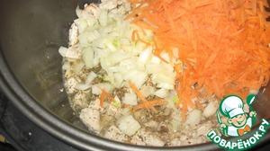 Добавляем лук, морковь, специи и обжариваем ещё минут 10-15