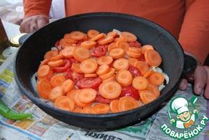 Поверх лука укладываем кольцами резанные помидоры, поверх помидор кладем морковь, порезанную кольцами. такая последовательность важна!