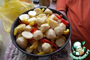 Далее укладываем картофель, если меткий - лучше класть целые клубни