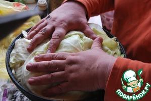 И последний, финишный слой, крайне важный - накрываем все листами капусты, их надо предварительно снять с кочана, кладем так, чтобы се было покрыто и нигде не проглядывали наши слои, утрамбовываем сильно. Накрываем крышкой, если крышка прилегает неплотно - положите груз - овощи прилично осядут, но нельзя допускать, чтобы хоть чуть-чуть пара выходило! Включаем максимальный огонь, когда услышите, что сильно забурлило - убавляем на небольшой и держим на огне примерно 1.5 часа. Не открывать! По истечении времени открываем крышку и шумовкой перемешиваем слои, готовность определяем по картофелю. Берем глубокие тарелки и половником раскладываем готовое блюдо. Там ТАКОЙ бульон получается! Верхние капустные листья и зелень полодено выбрасывать, но у нас они съедаются на ура! Приятного аппетита