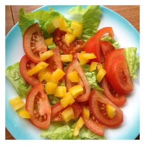 На тарелку выложить листья салата целиком или порвать руками. Сверху выложить оливки и болгарский перец, нарезанный небольшими кубиками.