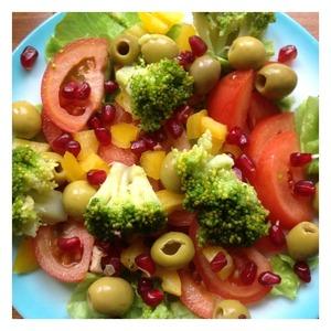 Выложить помидоры, нарезанные полукольцами, и отварную брокколи, предварительно разобранную на соцветия. Сверху присыпать салат зернами граната.