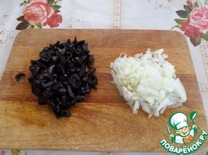 Нарезаем лук и грибы.