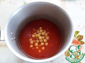 Put the saucepan on the fire. In a saucepan, pour the tomato juice. Add the boiled chickpeas.