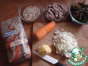 Ставим кастрюлю с водой 1,5 л на огонь, доводим до кипения и выкладываем киноа. Варим 10 минут, а тем временем готовим продукты. Открываем банки. Рыбу разминаем ложкой, а капусту откидываем на дуршлаг и промываем. Режем лук, картофель и натираем морковь на тёрке.