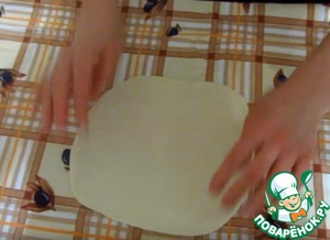 Roll out the first part of the test. The second part of the dough roll out a bit wider first.