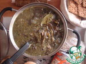 Выкладываем специи и наливаем в суп 1 ст л оливкового масла. Ещё варим 3 минутки и суп наш готов.