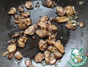 Heat the oil in a frying pan. Add the onion and garlic, sauté until transparent (approx. 4-5 minutes). Then add the mushrooms and keep on the heat until then, until the mushrooms are tender (approx 5-8 minutes). Remove from the heat.