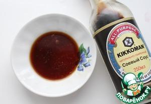 Смешать соевый соус, коньяк, лимонный сок, сахар коричневый и перец кайенский.
