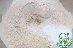 Смесь муки и разрыхлитель просеять в миску, добавить соль и щепотку сухого базилика. Размешать.