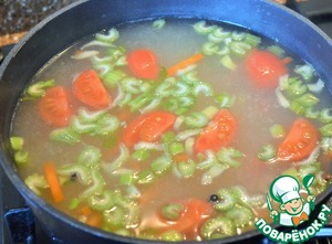 Celery and tomatoes to wash, cut.  The remaining carrots cut into strips.  Put in the soup, boil for 5 minutes.  Add both kinds of pepper, Bay leaf.  To rectify of salt.