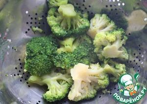 Если используете свежую брокколи, то срежьте соцветия и промойте под холодной водой. Если у Вас замороженный овощ, бросьте в кипящую подсоленную воду на 3 минуты. Брокколи должна оставаться твердоватой.
