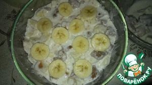 Spread layers wypalanie in sour cream slices cakes and slices, in this scenario here, banana.